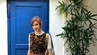 <div>Gaya Najwa Shihab saat liburan di Yogyakarta dengan baju batik dan tentu saja <em>sneakers</em> andalannya. (Foto: Instagram @najwashihab)</div>