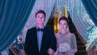 <p>Setelah mengusung adat Melayu untuk akad, keduanya sepakat untuk untuk memilih dekorasi dan busana pengantin bertema internasional. ( Foto by @cstproduction via Instagram @zahirahmacwilson) </p>