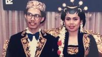 <p>Andy kemudian menikahi Retno Palupi 33 tahun silam. Ini merupakan foto pernikahan Andy dengan Retno. (Foto: Instagram @marcorandyy)</p>