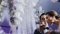 <p>Ya, mereka memilih wedding cake yang berbentuk seperti lampu kristal. Kue pernikahan mereka tampak didekor menjadi sangat cantik dan digantung di atas hall. Wajar ya, kalau pernikahannya viral seperti sekarang ini. ( Foto by @cstproduction via Instagram @zahirahmacwilson)</p>
