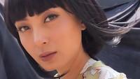 <p>Della terlihat cantik dengan make up dan rambut seperti ini. Banyak yang bilang, di foto ini Della terlihat seperti orang Jepang. Setuju enggak, Bun? (Foto: Instagram @dellapuspita00)</p>