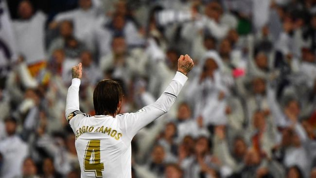 Real Madrid's Spanish defender Sergio Ramos celebrates with fans during the Spanish League football match between Real Madrid and Barcelona at the Santiago Bernabeu stadium in Madrid on March 1, 2020. (Photo by GABRIEL BOUYS / AFP)