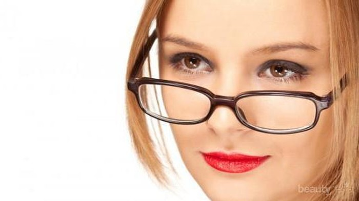 5 Aturan Makeup yang Harus Diperhatikan untuk Wanita Berkacamata