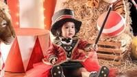 <p>Briel mengenakan kostum seperti seorang pesulap di tengah arena sirkus.Pakai baju merah, topi sulap hitam lengkap dengan tongkatnya. (Foto by allseasonphoto by Instagram @therealmomogeisha)</p>