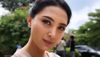 <p>Menginjak usia 40 tahun, Della masih memiliki paras yang cantik dan awet muda lho, Bun. (Foto: Instagram @dellapuspita00)</p>