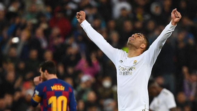 Real Madrid's Brazilian midfielder Casemiro celebrates his team's second goal during the Spanish League football match between Real Madrid and Barcelona at the Santiago Bernabeu stadium in Madrid on March 1, 2020. (Photo by GABRIEL BOUYS / AFP)