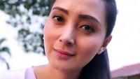 <p>Tidak hanya ketika make up tebal, hanya dengan dandanan natural seperti ini saja Della masih terlihat cantik. (Foto: Instagram @dellapuspita00)</p>