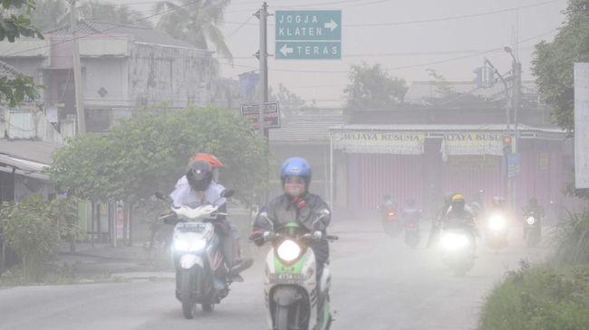 Hujan abu menyelimuti sejumlah desa di Kecamatan Tamansari, Kabupaten Boyolali, dan Boyolali kota imbas awan panas erupsi Gunung Merapi.