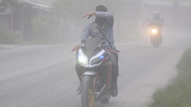 Gunung Merapi mengalami erupsi pada pukul 05.22 WIB, Selasa (3/3), dengan tinggi kolom mencapai 6.000 meter. Hujan abu pun terjadi di wilayah sekitarnya.