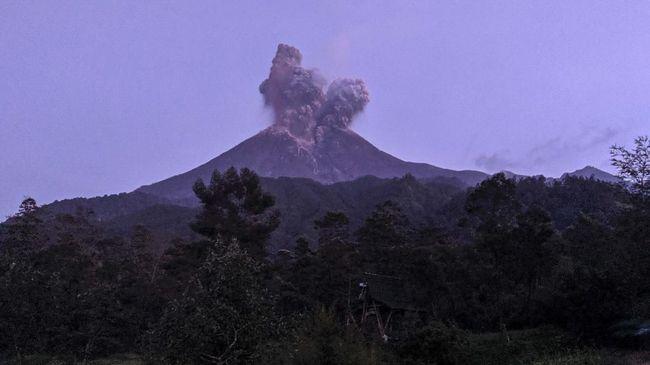 Gunung Merapi pada Minggu (29/3) dini hari kembali meletus dengan tinggi kolom mencapai 1.500 meter di atas puncak.