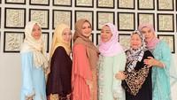 <p>Akhir pekan lalu, Siti Nurhaliza ditemani sang menantu Tya Arifin kondangan ke pesantren Darul Habib di Sukabumi, Jawa Barat. (Foto: Instagram @ctdk)</p>