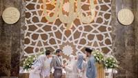 <p>Hadir pula Dimas Seto dan istrinya Dhini Aminarti, serta Dewi Sandra dan suaminya dalam pernikahan Hawaariyyun dan Dena Haura. (Foto: Instagram @benzoitubejo)</p>