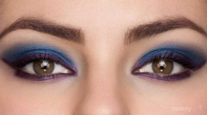 Tips Menggunakan Eyeliner Warna Sesuai Dengan Riasan Wajah