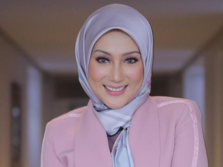 Di tengah ramainya pemberitaan tentang rumah tangga Laudya Cynthia Bella, nama mantan istri Engku Emran, Erra Fariza, ikut diungkit. Lalu seperti apa potretnya?