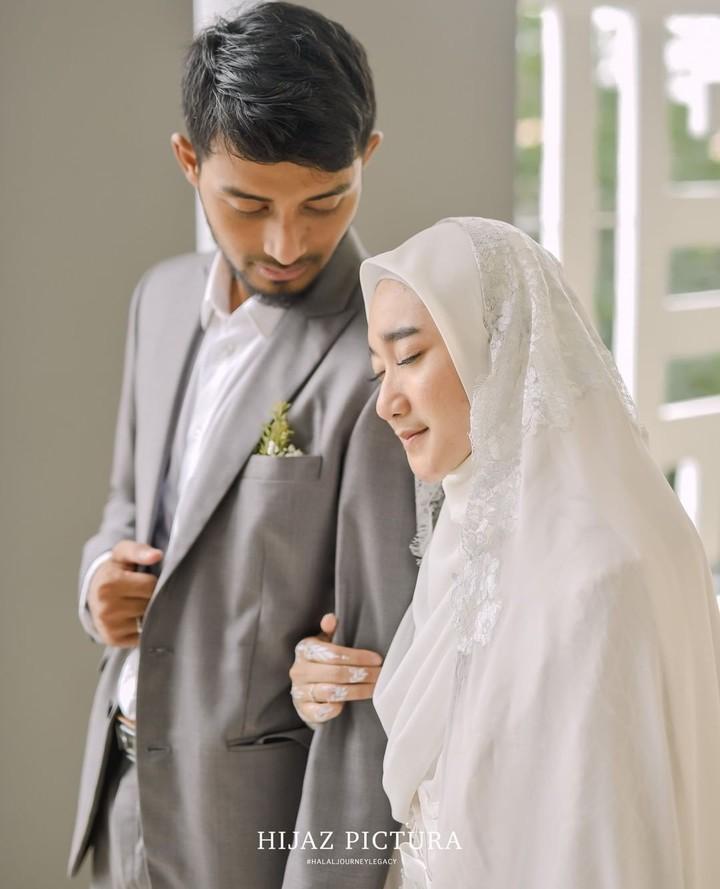 Sabtu (29/2/2020), Ustaz tampan Hawaariyyun bikin patah hati nih, Bun. Ia resmi menikahi Dena Haura. Berikut 7 momen pernikahan keduanya.