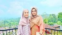 <p>Tya sudah lama menetap di Malaysia, Bun. Baru-baru ini, Bunda dua anak ini berhijrah mengenakan hijab. Tetap cantik ya, dengan abaya batik dan gaya hijab simpel. (Foto: Instagram @tyaarifinw)</p>