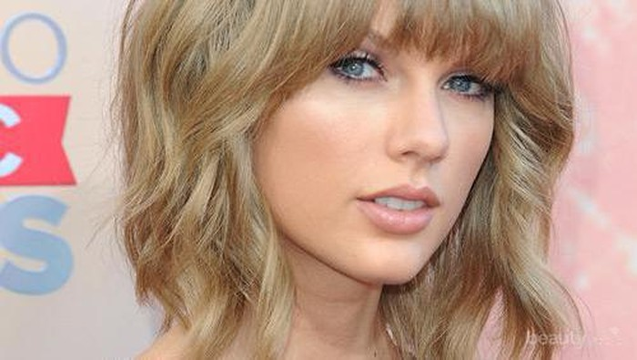 Miliki 5 Gaya dalam 1 Potongan Rambut Medium ala Taylor Swift