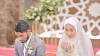 <p>Pernikahan keduanya terlihat sakral dan hanya dihadiri teman dan kerabat. (Foto: Instagram: @hawaariyyun)</p>