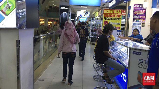 Kadisperdagin Depok menyatakan walau mal atau pusat perbelanjaan tutup dua pekan, pasar modern alias supermarket yang berada di dalamnya tetap beroperasi.