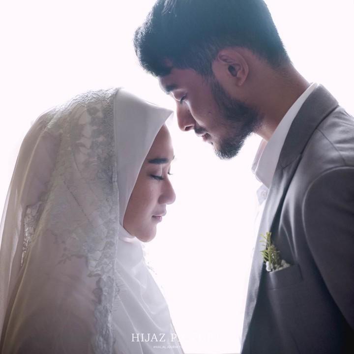 <p>Ustaz Hawaariyyun resmi meminang Dena Haura, Sabtu (29/2/2020) di Masjid Raya Kebayoran Residences. (Foto: Instagram @benzoitubejo)</p>