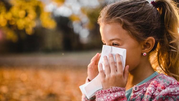Bronkopneumonia merupakan penyakit yang disebabkan oleh peradangan sistem pernapasan dan bisa terjadi pada anak. Kenali gejalanya dan cara mencegahnya.