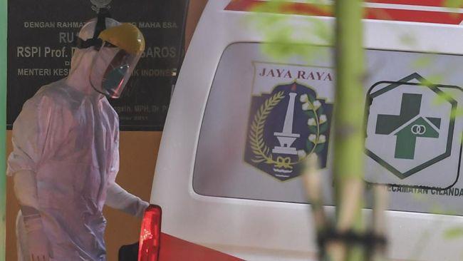 Petugas membawa barang milik pasien diduga terinfeksi virus COVID-19 ke ruang isolasi di RSPI Prof. Dr. Sulianti Saroso, Sunter, Jakarta Utara, Rabu (4/3/2020). ANTARA FOTO/Muhammad Adimaja/ama.