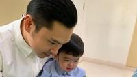 <p>Netizen bilangnya sih 'daddy goals' banget nih. Di tengah kesibukannya, Harvey masih menyempatkan waktu untuk menemani sang anak bermain dan belajar. (Foto: Instagram @raphaelmoeis)</p>