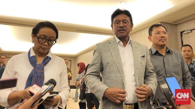 Menteri Luar Negeri Retno Marsudi, Menteri Komunikasi dan Informatika Johnny G Plate, dan Menteri Kesehatan Terawan Agus Putranto usai menghadiri forum diskusi bersama pemimpin redaksi media di Hotel Borobudur, Jakarta, Selasa (3/3) malam.