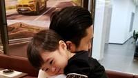 <p>Harvey terlihat sering mencurahkan kasih sayang kepada anak-anaknya. Kali ini terlihat sangat luwes menggendong dan memeluk Abang Rapha. (Foto: Instagram @raphaelmoeis) </p>