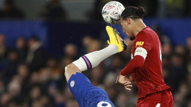 Bek Liverpool Virgil van Dijk mengejek rekan setimnya Andy Robertson dalam sebuah sesi tanya jawab di media sosial.