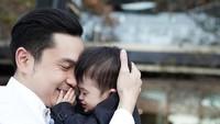 <p>Mencium anak-anak sepertinya menjadi favorit Papa Harvey ya, Bun. Dalam beberapa jepretan kamera, ayah 36 tahun ini tak henti-hentinya mencium buah hatinya. (Foto: Instagram @raphaelmoeis)</p>