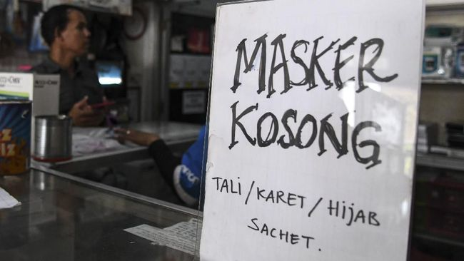 Pembagian masker gratis di Kota Ambon, Provinsi Maluku, Rabu (25/3), membuat lintas (lalin) di kota itu macet.