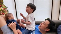 <p>Wah hati siapa yang enggakmelelehmelihat kedekatan ayah dan anak seperti ini. Semoga selalu bahagia Sandra, Harvey dan anak-anak. (Foto: Instagram @raphael.mikhamoeis)</p>