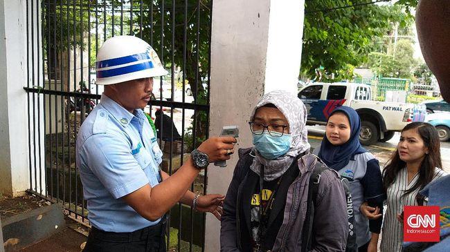 DPR RI memperketat di semua akses masuk parlemen dengan mengecek identitas dan barang bawaan disertai pengecekan suhu tubuh.