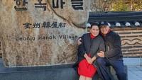 <p>Di Korea, Mario Teguh dan istrinya berjalan-jalan ke berbagai tempat. Salah satu tempat yang mereka kunjungi adalah Jeonju Hanok Village. (Foto: Instagram @linnateguh)</p>