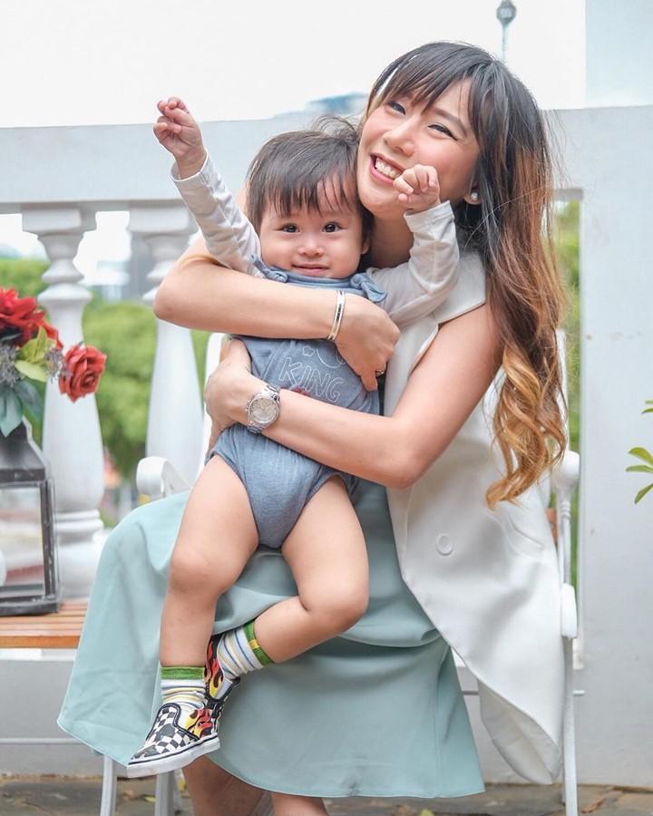 <p><strong>Cherly Juno</strong></p><p>Cherly Juno menikah dengan Arthur Panjaitan pada November 2017 lalu. Saat ini, Cherly memiliki satu anak laki-laki yang baru berusia satu tahun lebih bernama Ryu Alexander Panjaitan. (Foto: Instagram @cherlyjuni</p>