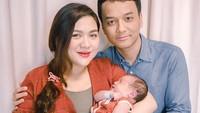 <p>Kabar bahagia datang dari Vicky Shu dan suaminya, Ade Imam. Vicky baru saja melahirkan anak kedua mereka lho, Bun. Meski dalam tahap pemulihan, Vicky tetap cantik memesona lho. (Foto: Instagram @nafaspertama)</p>