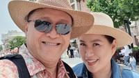 <p>Selain ke Korea Selatan, Mario Teguh juga mengajak istrinya ke Disneyland Shanghai. Ia dan Linna berfoto di depan kastil, salah satu ikon Disneyland. (Foto: Instagram @linnateguh)</p>