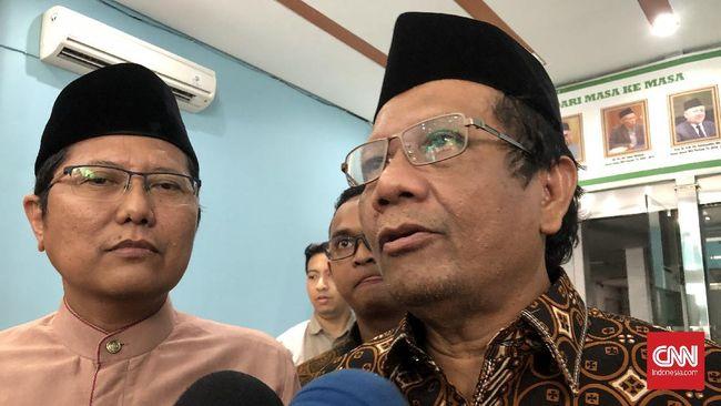 Mahfud MD menilai social distancing yang diserukan pemerintah Indonesia adalah pilihan terbaik dalam melawan virus corona.