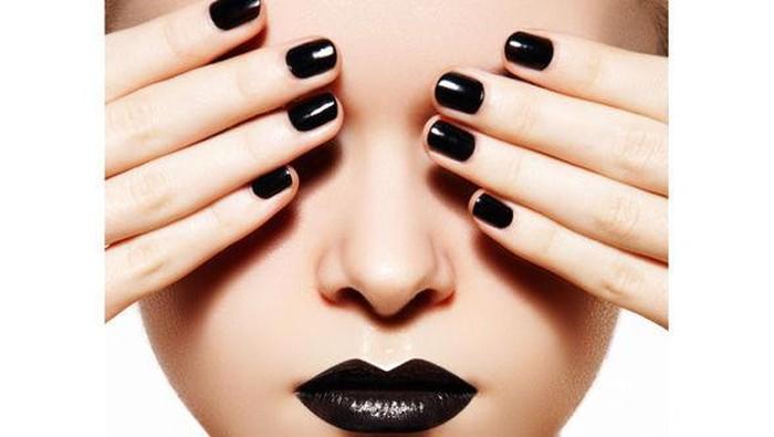 Nail Art: Bermain Dengan Warna Hitam