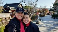 <p>Menikmati masa tua, Mario lebih sering traveling bersama istrinya, Linna. Mereka beberapa kali mengunggah foto liburan di media sosial Instagram. Keduanya sempat traveling ke Korea Selatan pada 2019 lalu. (Foto: Instagram @linnateguh)</p>