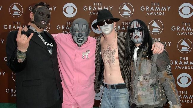 US metal band Slipknot arrive at the 47th Grammy awards ceremony in Los Angeles 13 February 2005.     AFP PHOTO/Lee CELANO (Photo by LEE CELANO / AFP)