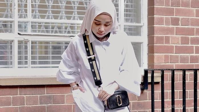 Tak Melulu Kulot Polos, Ini Padu Padan Monochrome Striped Trousers Hijab yang lebih Hits!