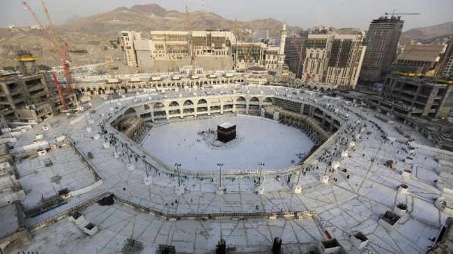 A photograph taken on March 5, 2020 shows the white-tiled area surrounding the Kaaba, inside Mecca's Grand Mosque, empty of worshippers. - Saudi Arabia today emptied Islam's holiest site for sterilisation over fears of the new coronavirus, an unprecedented move after the kingdom suspended the year-round umrah pilgrimage. (Photo by ABDEL GHANI BASHIR / AFP)
