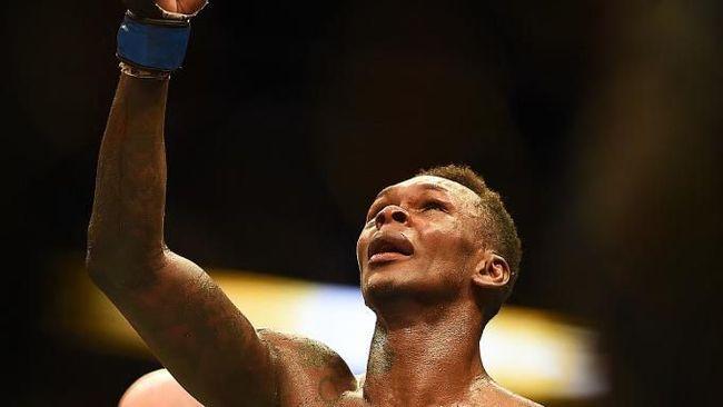 ATLANTA, GEORGIA - APRIL 13: Israel Adesanya of Nigeria celebrates winning the title belt against Kelvin Gastelum during the UFC 236 event at State Farm Arena on April 13, 2019 in Atlanta, Georgia.   Logan Riely/Getty Images/AFP