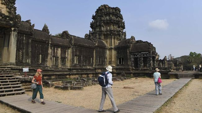 Tourists visit Angkor Wat temple in Siem Reap province on March 5, 2020. - The deadly COVID-19 novel coronavirus epidemic will cost world tourism at least $22 billion owing to a drop in spending by Chinese tourists, the head of the World Travel and Tourism Council said on February 27. (Photo by TANG CHHIN Sothy / AFP)