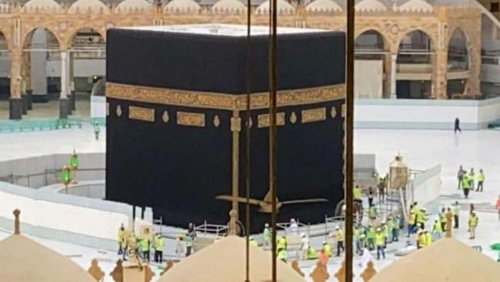 Ibadah masih tetap bisa dilakukan di Masjidil Haram, selain jamaah dari berbagai negara yang diberhentikan sementara izin umrohnya jamaah dari Arab Saudi untuk tidak umroh terlebih dahulu. (Dok: Haramain Info)