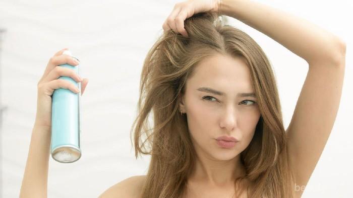 Ragu Memakai Dry Shampoo? Ini Lho Rekomendasi Dry Shampoo yang Bagus Buat Kamu