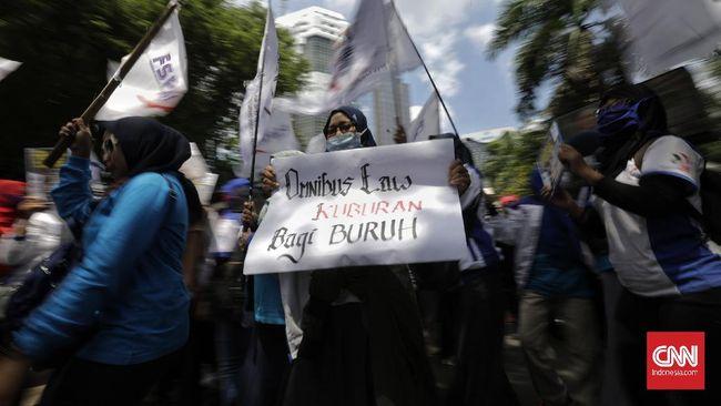 Buruh perempuan menggelar aksi menolak draft Omnibus law RUU Cipta Lapangan Kerja di depan kantor Kementerian Pemberdayaan Perempuan dan Perlindungan Anak Republik Indonesia. Jakarta, Jumat, 6 Maret 2020.
