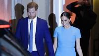 <p>Meghan Markle tampil cantik dengan gaun biru, selalu terlihat menggandeng tangan Pangeran Harry. (Foto: AP Photo/Kirsty Wigglesworth)</p>